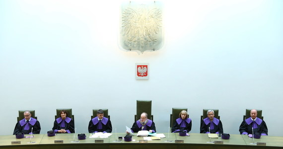Obniżanie emerytur funkcjonariuszom totalitarnego państwa powinno być oceniane na podstawie indywidualnych czynów, a nie tylko z powodu pełnienia w tym państwie służby – takie orzeczenie wydał 7-osobowy skład sędziów Izby Pracy Sądu Najwyższego. Sędziowie rozpatrywali pytanie Sądu Apelacyjnego w Białymstoku: badał on odwołanie 96-letniego dziś funkcjonariusza, który stracił część renty w wyniku ustawy dezubekizacyjnej z 2016 roku. Decyzja SN otwiera drogę do dochodzenia roszczeń także dla innych poszkodowanych funkcjonariuszy.