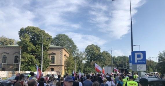 Grupa kilkuset osób protestowała w Warszawie przeciwko kontrowersyjnemu projektowi tak zwanej ustawy covidowej. Miałaby ona znosić odpowiedzialność urzędników podejmujących działania w czasie pandemii. Uczestników marszu pod Sejm prowadził przedsiębiorca i były kandydat na prezydenta Grzegorz Tanajno.
