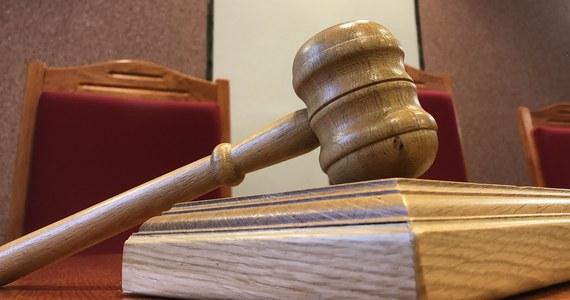 """Sąd Okręgowy w Białymstoku prawomocnie uniewinnił sześć osób, które w lutym ubiegłego roku próbowały zablokować zorganizowany przez narodowców w Hajnówce Marsz Pamięci Żołnierzy Wyklętych. Sąd podkreślił m.in., że obwinieni w tej sprawie uczestnicy kontrmanifestacji korzystali z prawa do wolności słowa i zgromadzeń. """"Karanie obywateli za działania takie, jakie podjęli obwinieni, mogłoby przynieść negatywne konsekwencje dla debaty publicznej i zainteresowania obywateli sprawami państwowymi"""" - podkreślał sędzia Przemysław Wasilewski."""