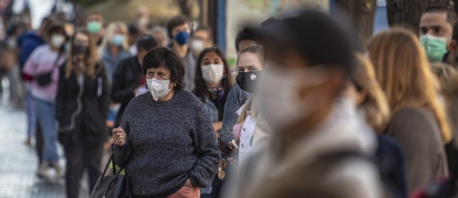 Ministerstwo Zdrowia poinformowało o 600 nowych przypadkach koronawirusa w Polsce. 10 osób zmarło. Łącznie w naszym kraju od początku trwania epidemii zaraziło się 75 734 osób. Lekarzom nie udało się uratować 2 237 z nich. W niechlubnych statystykach nadal króluje Małopolska. Na Ukrainie wykryto z kolei 2958 przypadków koronawirusa, zmarło 76 osób. To najwyższy dobowy bilans zgonów od wybuchu pandemii. Także w Czechach odnotowano kolejny rekord. WHO ostrzegła, że pandemia koronawirusa rozprzestrzenia się w niepokojącym tempie w niektórych częściach półkuli północnej naszej planety, mimo iż jeszcze nie nastąpił sezon grypowy. Wydarzenia związane z pandemią w kraju i na świecie śledzimy dla Was w relacji na żywo z 16 września.