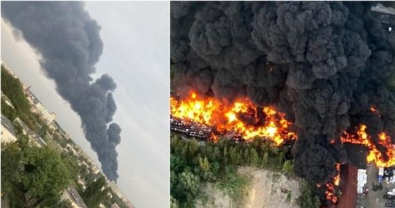 Potężne kłęby czarnego dymu uniosły się nad Zagłębiem i Śląskiem: w Sosnowcu wybuchł pożar na składowisku odpadów. Do walki z ogniem w kulminacyjnym momencie akcji skierowano 60 zastępów straży. Służby wojewody śląskiego zaleciły zamknięcie okien i unikanie przebywania na otwartej przestrzeni na obszarze Sosnowca i Dąbrowy Górniczej oraz na obszarze powiatów: będzińskiego, myszkowskiego i zawierciańskiego. Pożar został opanowany ok. godz. 2 w nocy.