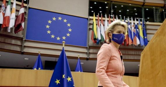 """Pierwsze orędzie o stanie Unii wygłoszone w Parlamencie Europejskim przez nową szefową Komisji Europejskiej Ursulę von der Leyen pozostanie nam w pamięci ze względu na """"strefy wolne od LGBTQI"""", na które w Unii miejsca nie ma. Problem w tym, że nie tylko nie ma na nie miejsca, ale i formalnie samych tych stref nie ma. Przynajmniej w Polsce. Pani Przewodnicząca w zapale walki o równość postanowiła swoją aluzją, choć bez wspominania wprost naszego kraju, powielić ordynarnego fake newsa. I właśnie ów fake news stanie się symbolem tego przemówienia. Niestety."""