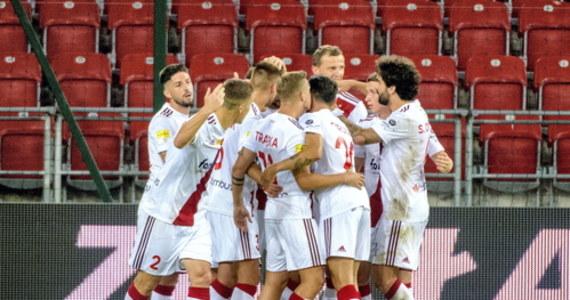 ŁKS pokonał Widzew 2:0 w piłkarskim święcie Łodzi, jakim dla kibiców z tego miasta są derbowe pojedynki. Drużyna Wojciecha Stawowego po trzeciej wygranej bez straty gola awansowała na pozycję lidera 1. ligi, a Widzew pozostał na ostatnim miejscu w tabeli.
