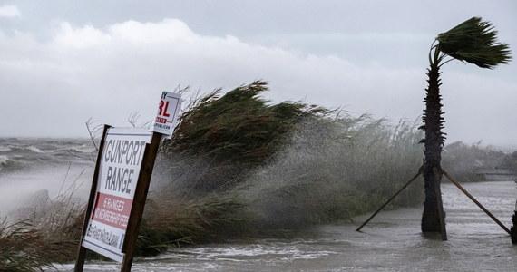 """Ponad pół miliona ludzi bez prądu po burzy tropikalnej Sally. W wybrzeże Zatoki USA uderzyły ulewne deszcze i sztormy. Burza przyniosła do miasta """"cztery miesiące deszczu w cztery godziny"""" -  mówiła CNN Ginny Cranor, szefowa straży pożarnej w Pensacola."""