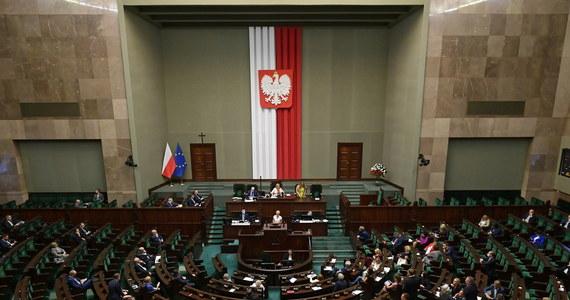 """Przez całą noc sejmowa komisja rolnictwa nieprzerwanie pracowała nad """"Piątką dla zwierząt"""" autorstwa Prawa i Sprawiedliwości. Przeciw ustawie, której twarzą jest Jarosław Kaczyński, opowiadają się Solidarna Polska, Konfederacja i PSL. Wątpliwości mają też posłowie Porozumienia. W związku z tym rośnie napięcie w Zjednoczonej Prawicy. Posłowie przyznają, że nie wiedzą, w jakim kształcie ustawa wyszła po całonocnym posiedzeniu komisji rolnictwa."""