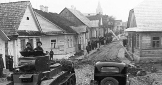 81 lat temu, 17 września 1939 r., łamiąc polsko-sowiecki pakt o nieagresji, Armia Czerwona wkroczyła na teren Rzeczypospolitej Polskiej, realizując ustalenia zawarte w tajnym protokole paktu Ribbentrop-Mołotow. Konsekwencją sojuszu dwóch totalitaryzmów był rozbiór osamotnionej Polski.