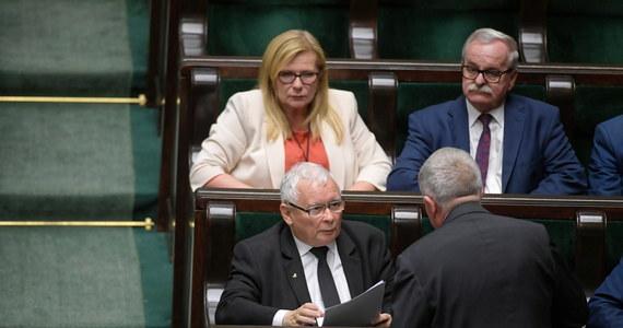 Sejmowa komisja rolnictwa poparła w czwartek rano kilka poprawek do projektu noweli ustawy autorstwa PiS o ochronie zwierząt. Najważniejsza z nich to wykreślnie z projektu zapisów ograniczających ubój rytualny, o co wnioskowała Konfederacja. Poprawka proponowana przez  Solidarną Polskę i Porozumienie - według której zakaz hodowli zwierząt futerkowych miałby wejść w życie dopiero za 10 lat - została odrzucona. Sejm poo godz. 9 wznowił posiedzenie; po popołudniu posłowie przeprowadzą drugie czytanie projektów autorstwa PiS oraz KO zmian w ustawie o ochronie zwierząt.