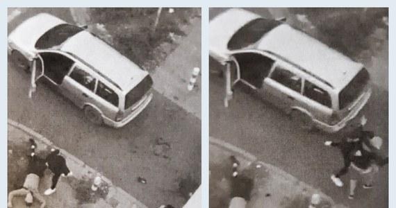 Warszawscy policjanci zatrzymali 24- i 45-latka, którzy napadli na al. Niepodległości idącego chodnikiem 20-latka. Chcieli, by dał im pieniądze. Uderzyli go w głowę, grozili nożyczkami, którymi przecięli mu ucho. Młodemu mężczyźnie pomógł przypadkowy kierowca. Znokautował napastników i umożliwił ucieczkę 20-latkowi.