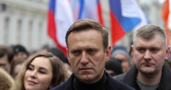 Lider antykremlowskiej opozycji Aleksiej Nawalny został otruty za pomocą butelki z wodą w swoim pokoju hotelowym w Tomsku na Syberii, nie na lotnisku, jak wcześniej sądzono - powiadomili jego współpracownicy w nagraniu wideo, zamieszczonym w czwartek na koncie Nawalnego na Instagramie. Niemcy zwróciły się o pomoc do Organizacji ds. Zakazu Broni Chemicznej (OPCW) w zbadaniu domniemanego otrucia lidera antykremlowskiej opozycji Aleksieja Nawalnego zakazanym toksycznym środkiem chemicznym - podała w czwartek w oświadczeniu ta organizacja z siedzibą w Hadze.