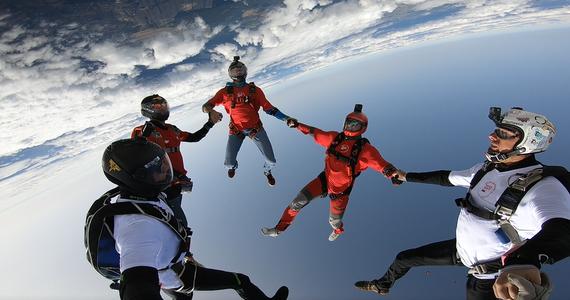 Trwa ostatnie odliczanie do próby pobicia spadochronowego rekordu Polski w największej formacji lecącej głową w dół. Aktualny rekord to siedemnastu skoczków - w piątek chcą go pobić 22, a jeśli się uda, to 24 osoby.
