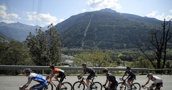 Michał Kwiatkowski (Ineos Grenadiers) wygrał 18. etap wyścigu kolarskiego Tour de France. Polak przez większość odcinka uciekał z kolegą z drużyny Ekwadorczykiem Richardem Carapazem i metę minął minimalnie przed nim, choć przekroczyli ją spokojnie jadąc obok siebie.