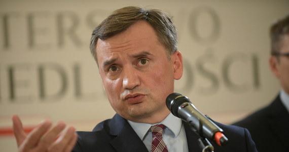 Próbą zakwestionowania istoty demokracji nazwał rezolucję Parlamentu Europejskiego minister sprawiedliwości Zbigniew Ziobro. Podkreślał, że uwarunkowanie wypłat środków z unijnego budżetu od praworządności to szantaż, na który nie można się zgodzić.