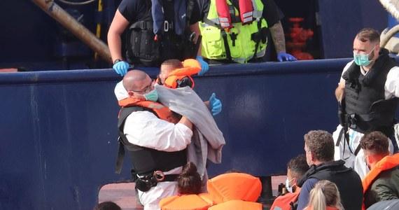 """Łódź patrolowa francuskiej żandarmerii przejęła na wodach terytorialnych Francji na kanale La Manche ponton z 16 nielegalnymi imigrantami z Afganistanu. Następnie eskortowała go do brytyjskich wód terytorialnych i tam zostawiła - podał  """"Daily Telegraph"""", którego dziennikarz był świadkiem zajścia."""