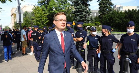 """Głosowanie nad nowelą ustawy o ochronie zwierząt pokazało, kto jest prawdziwą prawicą w Polsce - ocenił poseł Robert Winnicki (Konfederacja). Przekonywał, że po tym głosowaniu prezes PiS Jarosław Kaczyński """"skończył się jako lider prawicy w Polsce""""."""