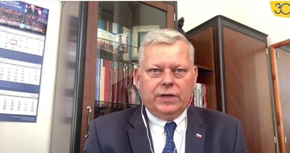 """""""To nie jest koniec świata, a koniec koalicji i prawdopodobnie rząd mniejszościowy"""" – komentował na antenie RMF FM Marek Suski wczorajszą niesubordynację koalicjantów Prawa i Sprawiedliwości – posłów Solidarnej Polski i Porozumienia – podczas głosowania nad nowelą ustawy ws. ochrony zwierząt. """"Uważam, że nasi byli koalicjanci powinni pakować już biurka"""" – dodaje."""