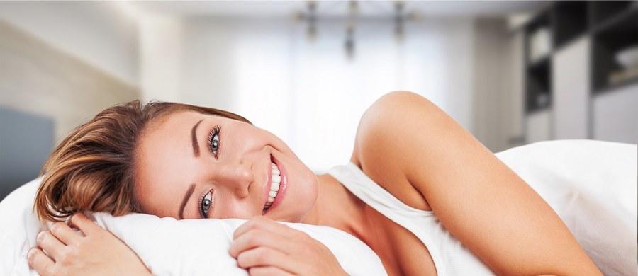 Zdrowy sen to jedna z ważniejszych kwestii, jakie należy uwzględnić przy okazji urządzania sypialni w nowo wybudowanym domu lub jej odświeżania w już istniejącym mieszkaniu. Wpływ na wartościowy odpoczynek ma kilka czynników, jak choćby właściwa ilość światła docierająca do pomieszczenia, ustawienia mebli czy odpowiednio dobrany materac, który zapewni podparcie dla kręgosłupa podczas całego trwania snu. Wiele osób zapomina jednak o poduszce, która również decyduje o tym, jak komfortowe i zdrowe będzie leżenie. Coraz częściej odchodzi się bowiem od tradycyjnych konstrukcji wypełnionych puchem na rzecz tych wykonanych ze specjalnej pianki, którą da się wyprofilować. Zobacz, dla kogo poduszki ortopedyczne marki Hilding będą sprawdzonym wyborem i czemu są one polecane zarówno przez specjalistów, jak i zwykłych użytkowników.