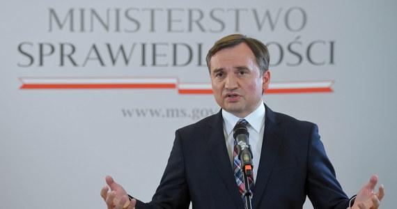 """Marek Suski w Porannej rozmowie w RMF FM ogłosił, że głosowanie posłów Solidarnej Polski i Porozumienia przeciwko """"Piątce dla zwierząt"""" oznacza koniec koalicji Zjednoczonej Prawicy. """"Uważam, że nasi byli koalicjanci powinni pakować już biurka"""" – zaznaczył. Dodał także, że """"ten, kto nie ma życzliwego spojrzenia dla zwierząt, nie powinien być ministrem sprawiedliwości"""""""