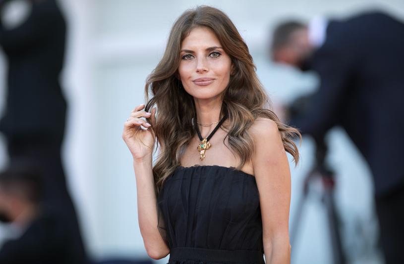 """Weronika Rosati opublikowała na Instagramie kilka zdjęć z planu filmu """"It's not over"""". Wyjaśniła, że teraz już może podzielić się wiadomością o międzynarodowej produkcji, w której gra główną rolę."""