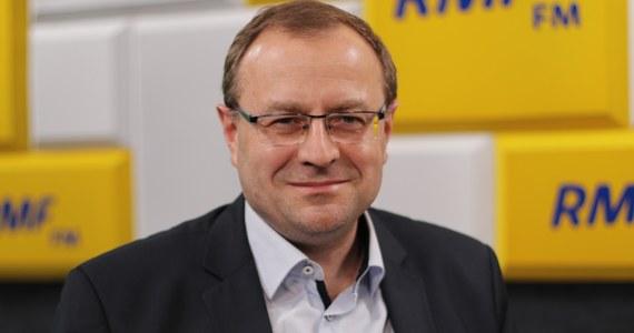"""Nic nie wskazuje na to, żeby Solidarna Polska mogła odgrywać samodzielną rolę polityczną – powiedział w Popołudniowej rozmowie w RMF FM politolog i historyk prof. Antoni Dudek. Jego zdaniem scenariusz, w której SP może grać jakąś większą rolę jest """"znacznie mniej prawdopodobny, niż że Ziobro ukorzy się przed prezesem"""". """"A nawet jak się nie ukorzy, to będzie przez jakiś czas rząd mniejszościowy, który stopniowo zbuduje większość w oparciu o innych polityków, niż Zbigniew Ziobro"""" – mówił. Zdaniem Dudka do polityków SP ruszą """"wysłannicy Jarosława Kaczyńskiego"""", którzy będą chcieli przeciągnąć ich do PiS."""
