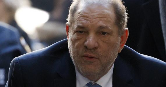 Harvey Weinstein, były amerykański producent filmowy, który obecnie odsiaduje wyrok 23 lat więzienia za gwałt i napaść seksualną, został pozbawiony przyznanego mu w 2004 r. Orderu Imperium Brytyjskiego - ogłoszono w piątek.