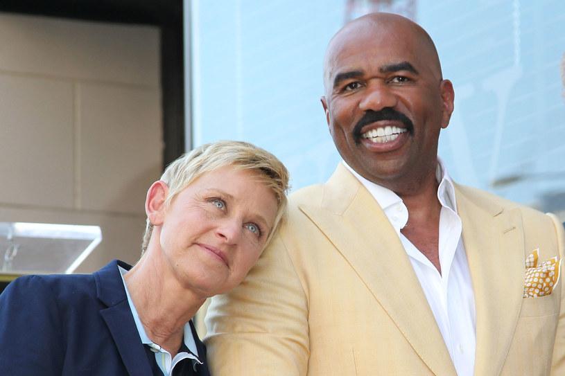 """Słynna prezenterka Ellen DeGeneres  jakiś czas temu znalazła się w ogniu krytyki po tym, jak byli pracownicy jej programu wyjawili, że na planie dochodziło do mobbingu i dyskryminacji. Wśród nielicznych sprzymierzeńców gwiazdy jest Steve Harvey. """"Po wybuchu skandalu poradziłem jej, żeby chodziła z podniesioną głową"""" – zdradza komik."""