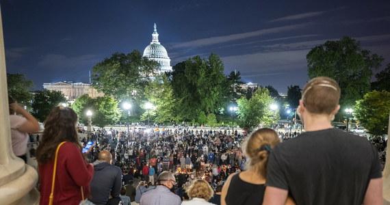Setki osób zgromadziły się na schodach Sądu Najwyższego USA po śmierci Ruth Bader Ginsburg – ikony amerykańskiego sądownictwa. Sędzia darzona ogromnym szacunkiem zmarła w wyniku powikłań związanych z chorobą nowotworową w wieku 87 lat. Przed budynkiem Sądu Najwyższego ludzie zapalają świeczki, kładą wiązanki kwiatów, zostawiają kartki ze słowami uznania dla zmarłej. Ginsburg była szczególnie wyczulona na sprawy dotyczące dyskryminacji ze względu na płeć, kolor skóry i orientację seksualną.