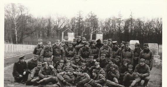 """Kiedy 32 lata temu w wielkopolskiej Pile rozbił się wojskowy eszelon, ówczesne władze dokładały wszelkich starań, by o katastrofie wiedziało jak najmniej ludzi. Skonfiskowano dziennikarskie taśmy oraz zapiski, a w wieczornym dzienniku pojawiła się jedynie krótka wzmianka. W wypadku zginęło wtedy 10 żołnierzy a 28 zostało rannych. Podróżowali z Bolesławca do Ustki, skąd mieli pojechać na poligon w Wicku Morskim. Z niewyjaśnionych nigdy jednoznacznie przyczyn skład wykoleił się, a drewniane wagony zaczęły wjeżdżać jeden na drugi. Ponad trzy dekady od tamtych wydarzeń, wspomnienia o tragedii są wciąż żywe dla rodzin jej ofiar oraz bezpośrednich świadków. Udało nam się do nich dotrzeć. Zapraszamy do lektury i wysłuchania drugiej części reportażu """"Jedyne zdjęcie""""."""