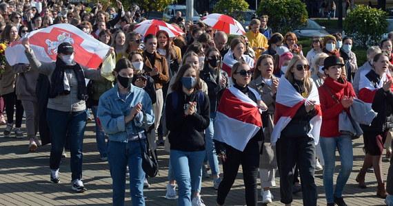 342 nazwiska są na liście centrum praw człowieka Wiasna, gromadzącego dane zatrzymanych podczas sobotniego protestu kobiet w Mińsku. Część osób – jak poinformowały media niezależne – już wypuszczono z komisariatów.