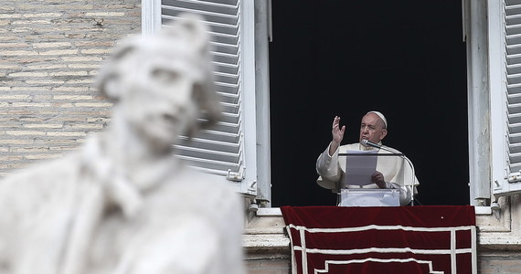 """Papież Franciszek powiedział wiernym, że kościół musi zawsze wychodzić do ludzi, bo w przeciwnym razie - jak ostrzegł - """"choruje"""". Podczas spotkania papież podkreślił, że wychodzenie na zewnątrz w poszukiwaniu ludzi to """"styl Boga""""."""