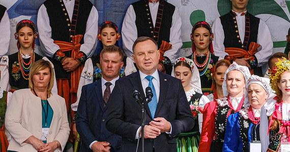 """Dobrostan zwierząt jest dla niego bardzo ważny, """"ale nie można w tym wszystkim zapominać o tym, że na pierwszym miejscu jest byt rolnika, jakość jego życia, jego i jego rodziny"""" - podkreślał prezydent Andrzej Duda w czasie Dożynek Prezydenckich. Zapowiedział, że podejmując decyzję ws. ustawy o ochronie zwierząt będzie miał """"na względzie kwestie humanitarnego traktowania zwierząt, (…) ale także byt i jakość życia polskich rolników""""."""
