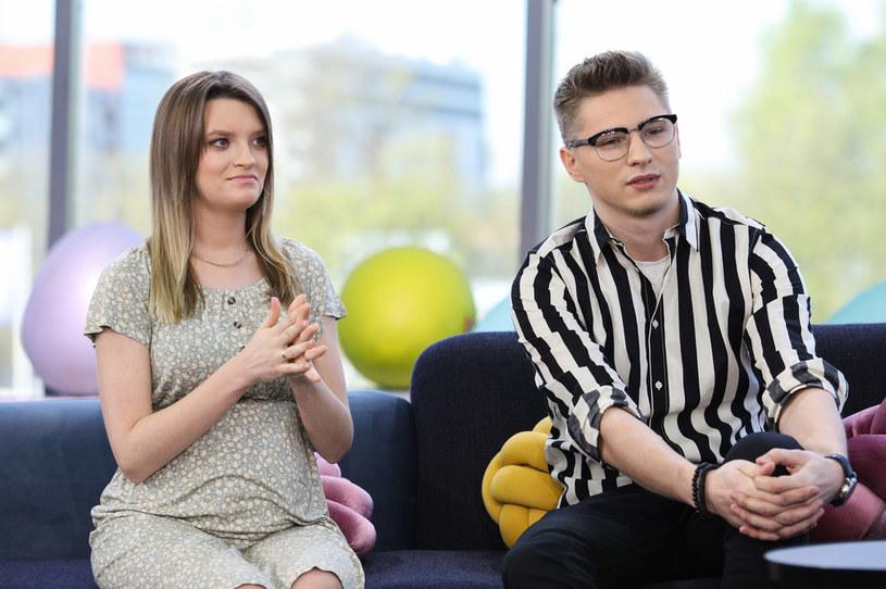 """Nazywany """"objawieniem siódmej edycji 'The Voice of Poland'"""" Adam Stachowiak wypuścił nową piosenkę """"Jesteś wszystkim"""", a kilka dni później ogłosił, że z żoną spodziewa się drugiego dziecka."""