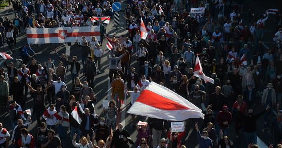 Masowe zatrzymania przeciwników reżimu Alaksandra Łukaszenki na Białorusi. Według Centrum Praw Człowieka Wiasna, w trakcie protestu w Mińsku służby zatrzymały co najmniej 152 demonstrantów, zaś na manifestacjach poza stolicą: co najmniej 64 protestujących.
