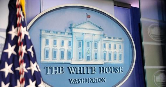 Na granicy amerykańsko-kanadyjskiej aresztowano kobietę podejrzaną o wysłanie koperty z trucizną do Białego Domu - poinformowała w niedzielę agencja Associated Press, powołując się na źródła w służbach bezpieczeństwa USA. Amerykańskie służby przejęły kopertę zawierającą rycynę przed kilkoma dniami.