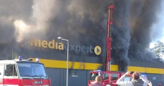 Pożar wybuchł w sklepie elektronicznym ul. Węgierskiej 79 w Nowym Sączu. Do gaszenia płomieni wysłanych zostało 21 zastępów gaśniczych - informuje straż pożarna.