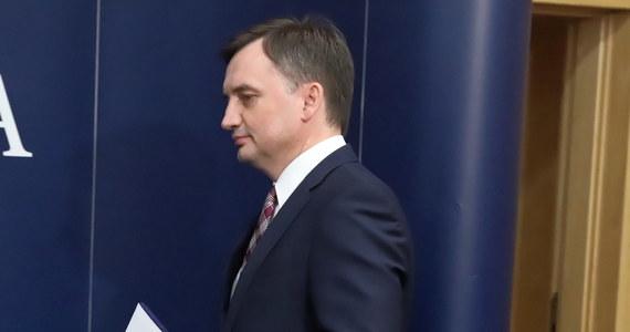 """""""Uważam, że Zjednoczona Prawica jest dobrem, przyniosła wiele dobrego. Nie jesteśmy idealni, ale lepsi od poprzedników"""" - powiedział minister sprawiedliwości i prokurator generalny Zbigniew Ziobro na konferencji prasowej w budynku resortu."""