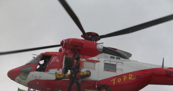 W okolicach Świnickiej Przełęczy doszło do śmiertelnego wypadku. Ratownicy TOPR na pokładzie śmigłowca przetransportowali ciało mężczyzny do Zakopanego - powiedział ratownik dyżurny Tomasz Wojciechowski.