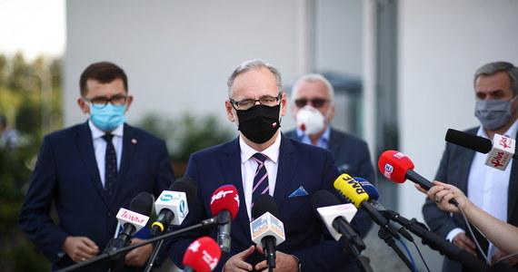 """Od 1 października mają zmienić się zasady ustalania listy krajów do których obowiązuje zakaz lotów - prawdopodobnie zakazy nie będą obejmować krajów znajdujących się w strefie Schengen. """"Dyskutujemy o tym"""" – mówił dziś minister zdrowia Adam Niedzielski. Wspomniał również, że jest duże prawdopodobieństwo, że na wiosnę szczepionka na Covid-19 będzie już dostępna. """"To definitywnie zakończy pandemię"""" – dodał."""