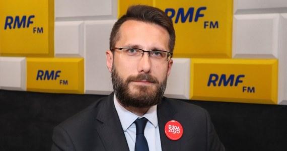 """""""Zarówno od pana ministra Ziobro, jak i całej Solidarnej Polski oczekiwalibyśmy (…) koalicyjnej lojalności, ważenia realiów politycznych, niezaskakiwania nas, nieforowania własnych, nieustalonych rozwiązań programowych"""" - mówił w Porannej rozmowie w RMF FM wicerzecznik PiS Radosław Fogiel. Jak podkreślił: """"Kwestia dot. ustawy o ochronie zwierząt to kwestia wtórna, jeśli nie trzeciego rzędu, tak naprawdę - była okazją, przy której ujawniły się pewne sprawy (...). Nie ukrywamy, że problemy były już wcześniej - i to miesiące temu. Jeśli pan premier jedzie do Brukseli na szczyt unijny, a współpracownicy ministra Ziobro łajają go na Twitterze w sposób dość obcesowy albo formułują swoje żądania wobec niego... (...) Ten problem koalicyjny narastał"""". Radosław Fogiel przekazał również, że """"ma nadzieję, że do końca tygodnia będzie już wiadomo"""", jakie efekty przyniosły """"kryzysowe"""" rozmowy w obozie Zjednoczonej Prawicy."""