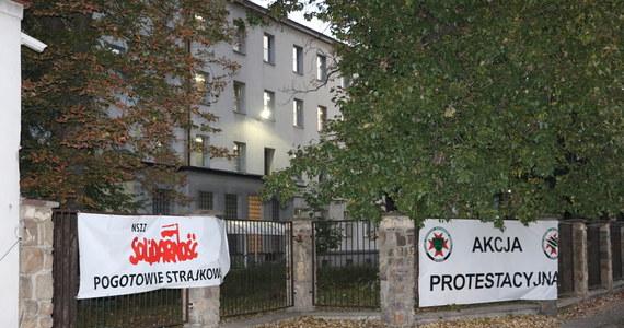 Poranek na Śląsku dziś pod znakiem protestów w kopalniach. Wczoraj po zakończonej pracy na powierzchnię nie wyjechało ponad 60 górników z kopalń Ruda i Wujek. Dziś protestuje już ponad 100. To sprzeciw wobec polityki rządu Prawa i Sprawiedliwości w sprawie górnictwa.