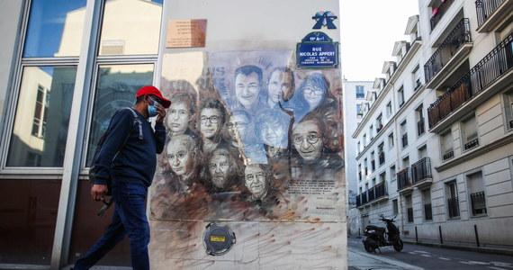 """Marika Bret, dyrektorka kadr francuskiego tygodnika satyrycznego """"Charlie Hebdo"""", musiała uciekać z mieszkania. Policja przechwyciła informację o planach zamachu na życie kobiety. Bret przyznała, że funkcjonariusze kazali jej spakować się i opuścić dom w ciągu 10 minut."""
