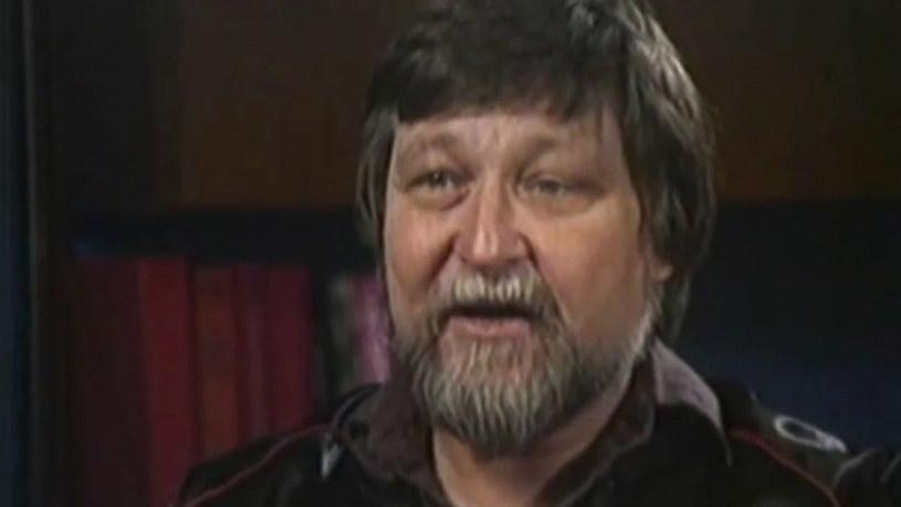 """W poniedziałek 21 września, w dniu swoich 83. urodzin, zmarł Ron Cobb. Projektant i rysownik, którego prace wywarły znaczący wpływ na ostateczny wygląd takich filmów jak """"Powrót do przyszłości"""", """"Gwiezdne wojny"""" czy """"Obcy"""". To właśnie on zaprojektował filmowy wygląd samochodu DeLorean przystosowanego do podróży w czasie w filmie Roberta Zemeckisa. Przyczyną śmierci było otępienie z ciałami Lewy'ego."""
