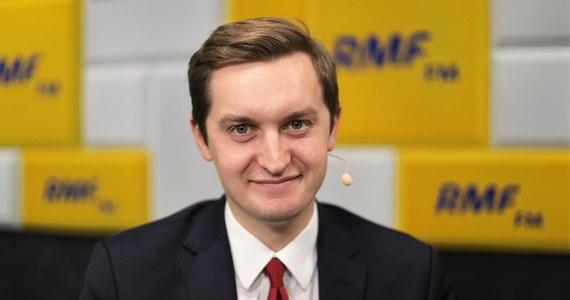 """Gość Popołudniowej rozmowy w RMF FM wskazał, że na okoliczność podjętych z PiS-em negocjacji powstał specjalny raport, który pokazuje wpływy - poprzez zatrudnienie odpowiednich ludzi - poszczególnych koalicjantów Zjednoczonej Prawicy na spółki Skarbu Państwa. """"Okazuje się, że ten raport, który był  przedstawiony podczas negocjacji, bardzo szczegółowo opracowany, wskazał, że Solidarna Polska z wszystkich partii koalicyjnych ma najmniejszy wpływ, najmniejszy udział w zarządzaniu spółkami Skarbu Państwa spośród wszystkich koalicjantów, również proporcjonalnie, poniżej 0,5 proc."""" - mówił Sebastian Kaleta. """"Można powiedzieć, że jesteśmy podmiotem, który ma na to najmniejszy wpływ"""" - dodał wiceminister sprawiedliwości."""
