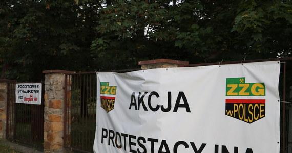 W siedzibie Śląskiego Urzędu Wojewódzkiego w Katowicach całe popołudnie i wieczór we wtorek trwały rozmowy protestujących związkowców z delegacją rządową. Tymczasem do ponad 230 wzrosła liczba górników protestujących pod ziemią w kilku kopalniach Polskiej Grupy Górniczej (PGG) - podali związkowcy. Kolejni pracownicy przyłączyli się do akcji po zakończeniu porannej zmiany. Wieczorem grono negocjujących zostało zawężone do szefów kilku central związkowych oraz delegacji rządowej - tylko oni rozmawiali ze sobą w Śląskim Urzędzie Wojewódzkim. Ani przedstawiciele związków zawodowych, ani przedstawiciele rządu nie zdradzają jednak, czego konkretnie dotyczyły rozmowy.