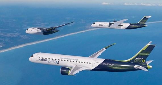 """Koncern Airbus chce jako pierwszy z branży lotniczej wprowadzić do użytku samolot wodorowy. Francuskie media opisują we wtorek trzy projekty samolotów koncernu pod hasłem ZEROe (""""e"""" od """"emisji zanieczyszczeń""""). Samolot ma powstać do 2035 roku."""