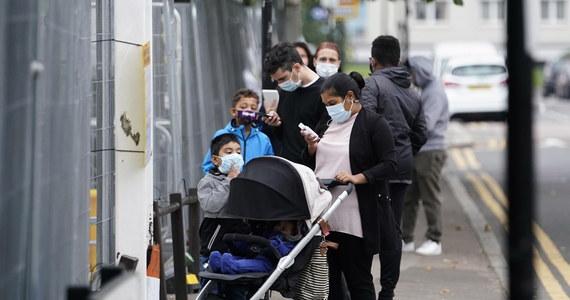 Już w czwartek mieszkańcy Anglii odczują kolejne obostrzenia związane z pandemią koronawirusa. Wszystkie osoby, które mogą pracować z domu, powinny to robić, a wszystkie puby, bary i restauracje w Anglii od czwartku mogą obsługiwać klientów tylko przy stolikach i mogą być otwarte tylko do godz. 22 - ogłosił we wtorek brytyjski premier Boris Johnson.