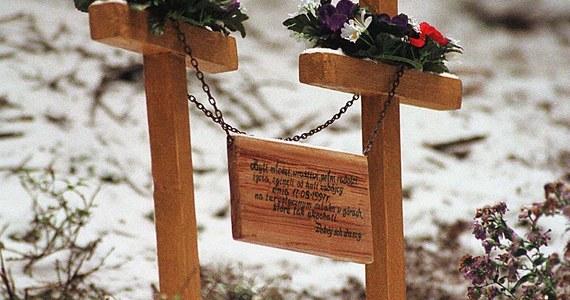"""Jest przełom w sprawie morderstwa dwojga studentów w Górach Stołowych. Ich ciała znaleziono 27 sierpnia 1997 roku na Narożniku. Przez lata szukano sprawców, jednak śledztwo było bardzo trudne. Jak podaje """"Gazeta Wyborcza"""", policjanci znaleźli pistolet, z którego zastrzelono młodych ludzi."""