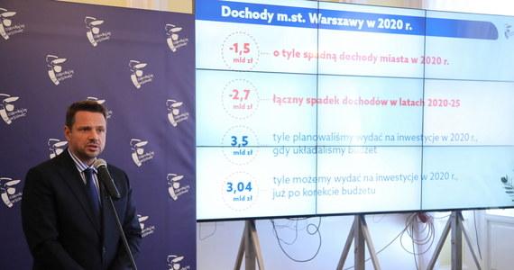 Przesunięcie niektórych inwestycji w związku z trudną sytuacją finansową zapowiada prezydent Warszawy. Rafał Trzaskowski nie wykluczył również, że w dłuższej perspektywie możliwa jest podwyżka cen biletów komunikacji miejskiej. Stolica zwiększy także opłaty za parkowanie w SPPN. Stolica ma również uzależnić wysokość opłat za wywóz śmieci od zużycia wody.