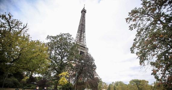 Osoby przebywające na paryskiej wieży Eiffla zostały ewakuowane. Policja otrzymała informację o bombie, która miała zostać podłożona w konstrukcji. Wiadomość okazała się fałszywa. Wieża została już ponownie otwarta dla zwiedzających.