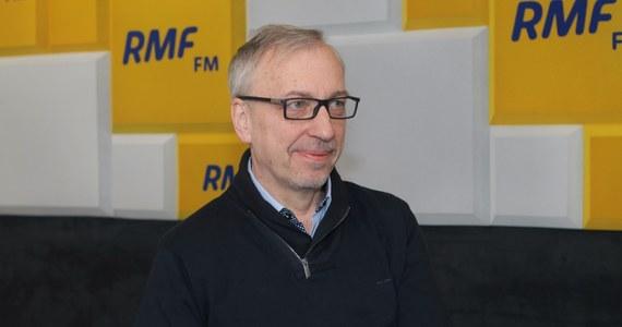 """""""Platforma Obywatelska nie jest jeszcze przygotowana na przedterminowe wybory"""" – oznajmił w Popołudniowej rozmowie w RMF FM Bogdan Zdrojewski. Dopytywany o to, co robią politycy PO, żeby sytuacja się zmieniła, stwierdził: """"Dosyć mocno napieram, występuję, argumentuję, staram się przekonać, aby jak najszybciej rozstrzygnąć podziały kompetencyjne w PO. Mam nadzieję, że jedna rzecz zdarzy się w piątek, druga w poniedziałek, czyli wybierzemy szefa klubu – tego dużego klubu - szefa klubu senackiego i że zakończymy podziały kompetencyjne i podział ról. To jest bardzo ważne""""."""