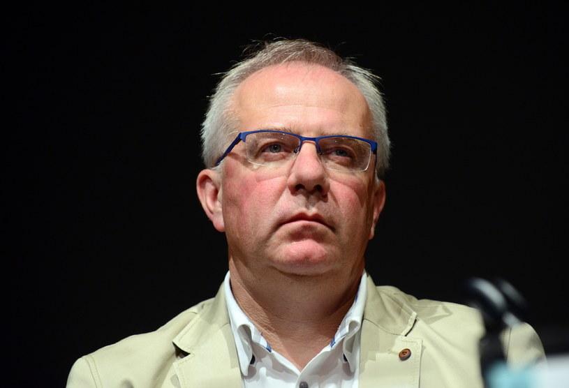 Minister Kultury i Dziedzictwa Narodowego Piotr Gliński odwołał Marka Mikosa ze stanowiska dyrektora Narodowego Starego Teatru im. Heleny Modrzejewskiej w Krakowie.